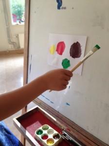 Barnen målar tomater till tonerna av sången ketchup ska prutta.