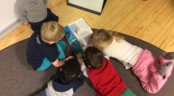Barnen möts i reflektion med varandra
