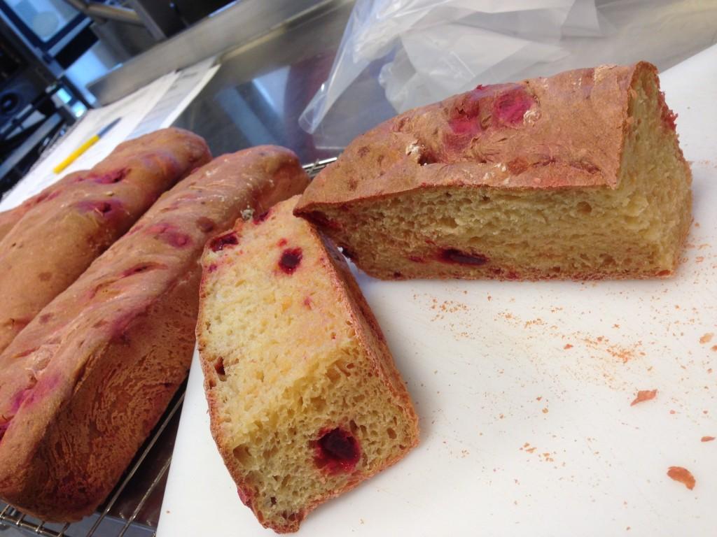 bröd med rödbetor och fetaost
