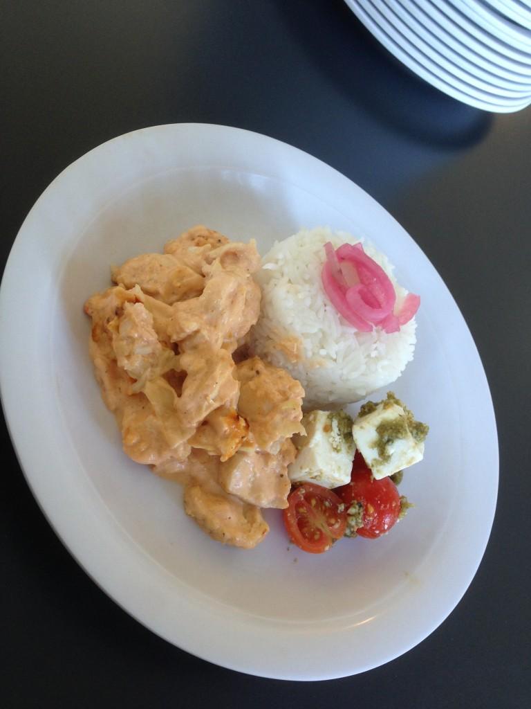 ris med kyckling, vitkål, ananas och chilisås