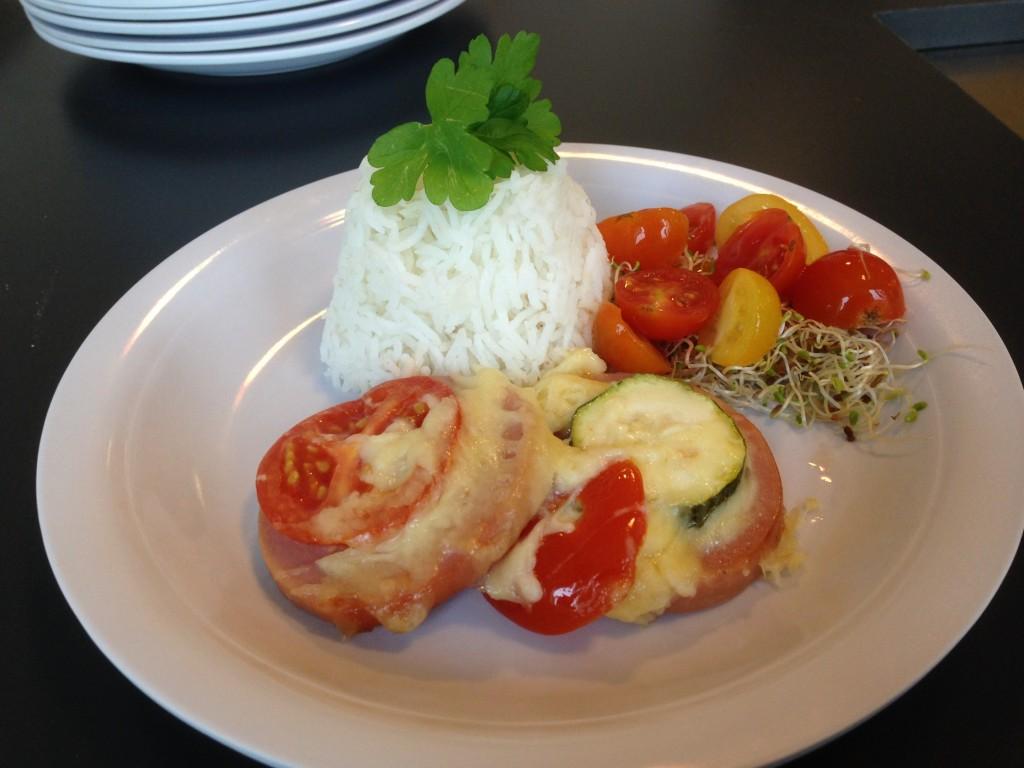 ugnsbakad svensk falukorv med tomat, zucchini och ost
