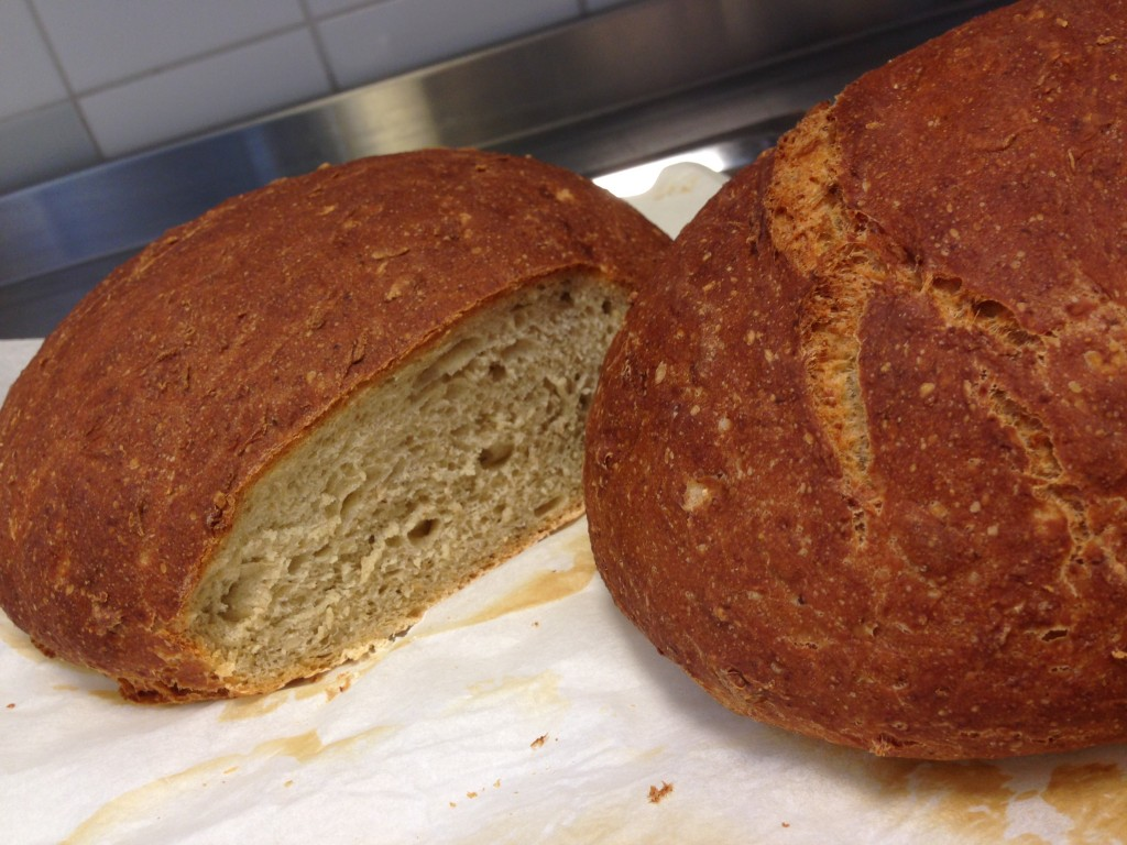 bröd med kummin, grhamsgröt, solroskärnor