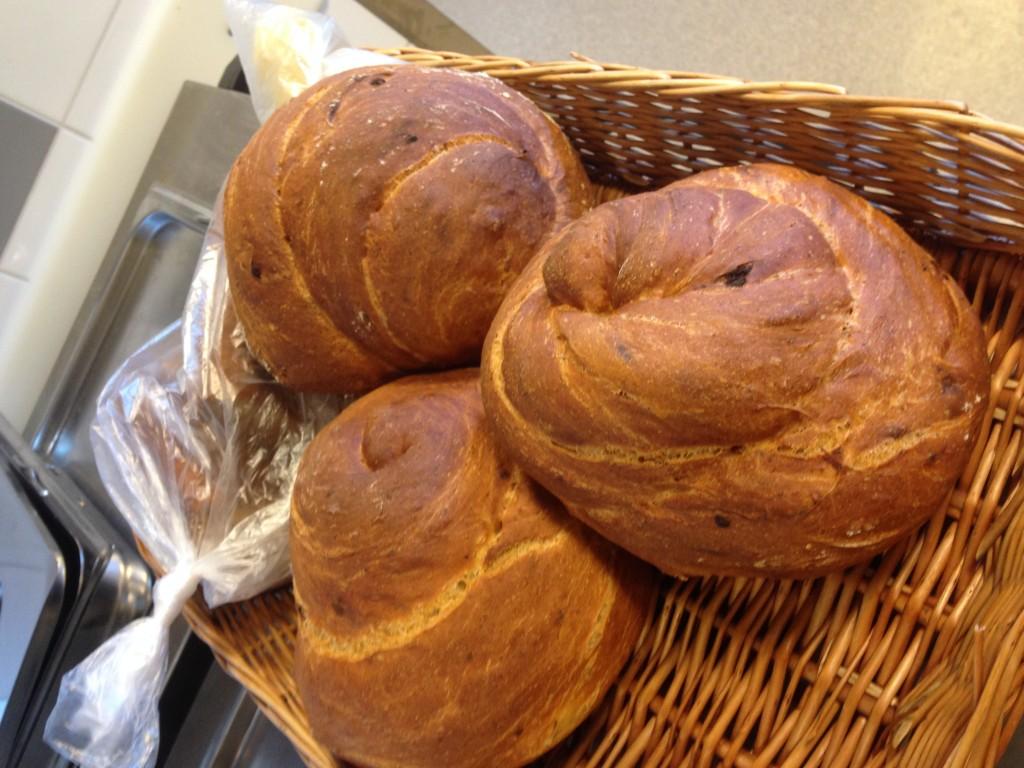 bröd med soltorkade tomater, kikärtor