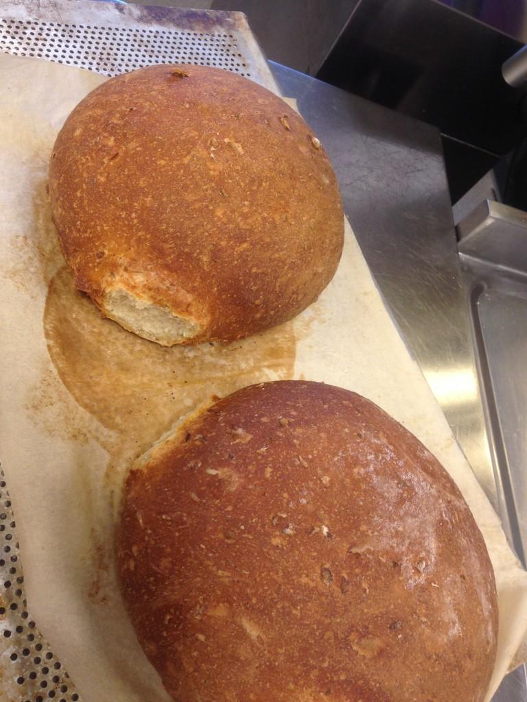 bröd på potatis, morötter, solroskärnor, rosamrin och timjan
