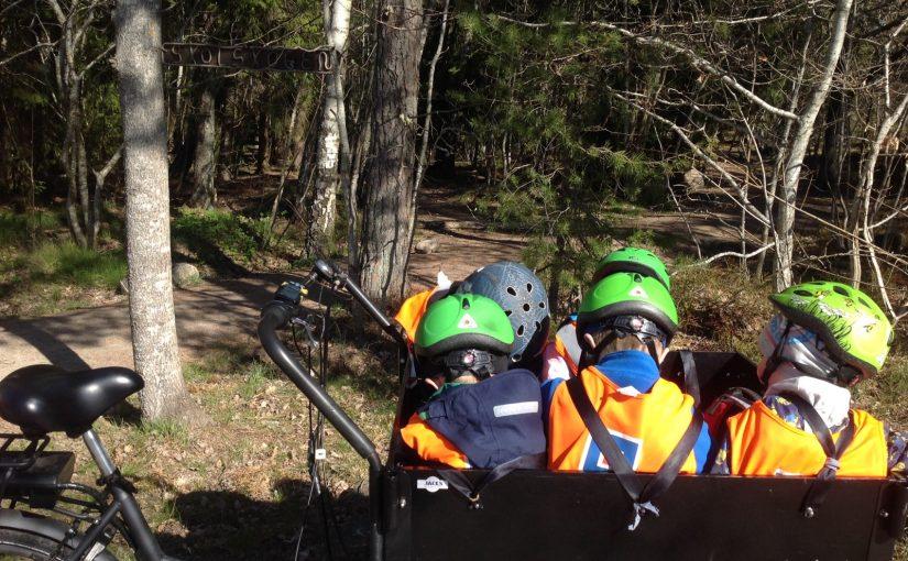 Delfinerna cyklar till Skolskogen