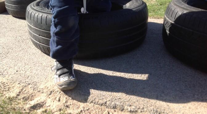 Barnen bygger hinderbana på förskolegården!