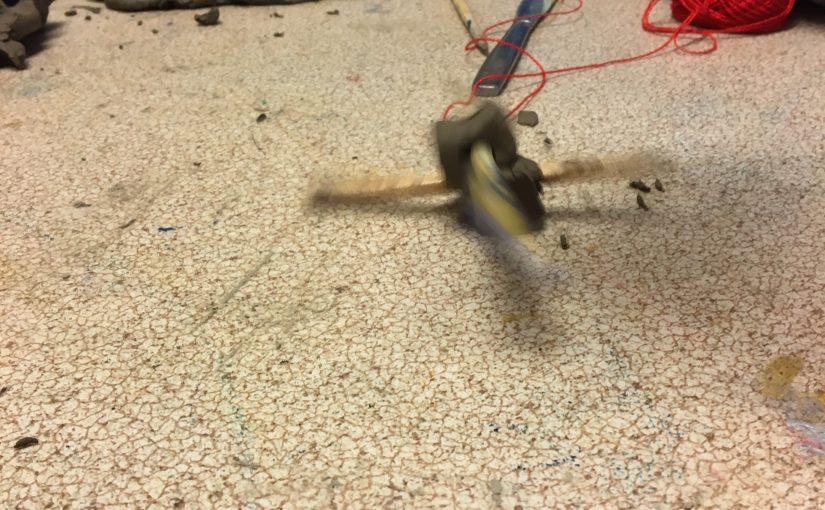 – Kan man använda pinnarna? – några barn arbetar med lera.