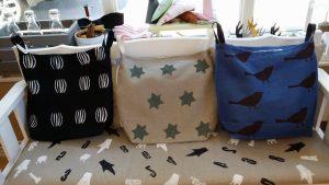 Rullstolsväskor i olika färger med olika mönster.