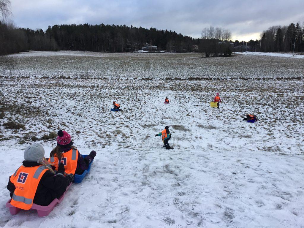 Vi åker pulka idag på snön som föll igår. Vilka glada barn ,