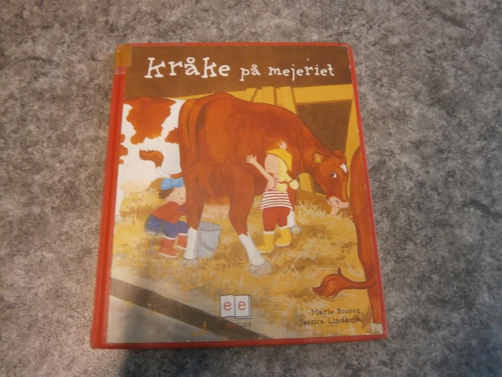 Idag har några av Valens barn gjort färskost.   De har läst  boken om Kråke på mejeriet. Till mellis idag ska alla barn på förskolan få smaka den hemgjorda färskosten. Såg så smarrigt ut!