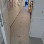 Idag när vi skulle gå till matsalen för att pannkaka hittade vi konstiga spår och smuts i korridoren.