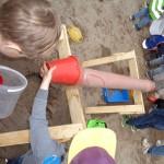 I sandlådan arbetar vi med sand, vatten och rör. Nyfikna, utforskande barn i alla åldrar.