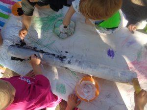 På Sjöhästen kommer vi att arbeta med skogen i vårt projekt. Idag målade vi en björkstam i vitt och svart.