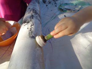 Barnen arbetade flitigt med att täcka hela röret med färg.