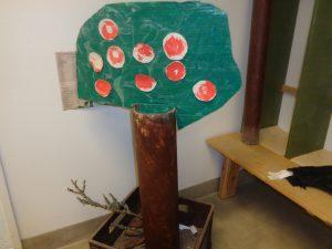 Vi har också gjort ett äppelträd som ska få följa årstidens växlingar.