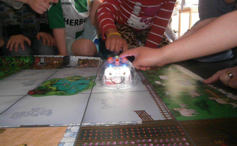 Vår nya kompis Blue Bot, vi programmerar och styr honom runt på mattan