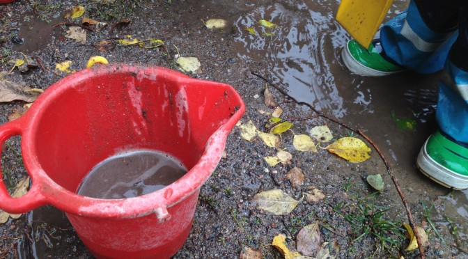 Vattenlek i regnet