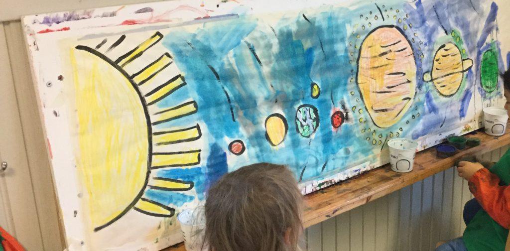 Vi målar planeter och hänger upp tavlan som gardin.