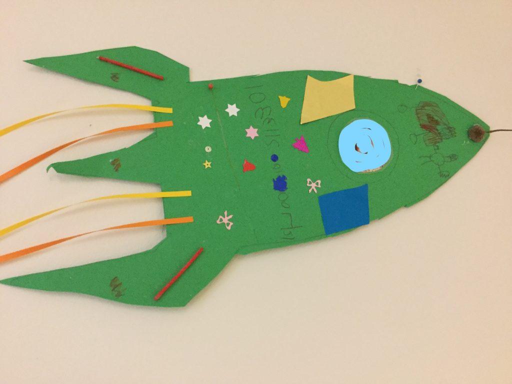 Vi ritar och designar rymdraketer som vi styr ut i rymden som astronauter.