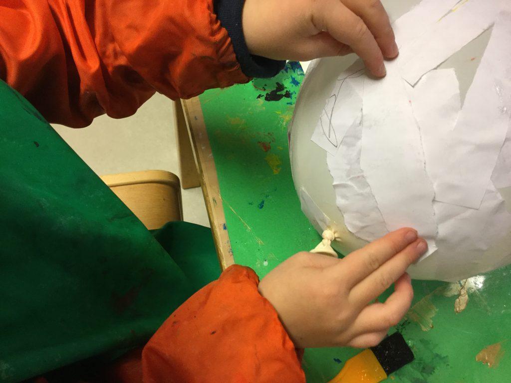 Vi tillverkar planeter i papémache.  Hur många Planeter finns i vårt solsystem? Hur stora ska vi göra dem? Vi läser böcker vi lånat på bokbussen och tittar på filmer för att lära oss mer.
